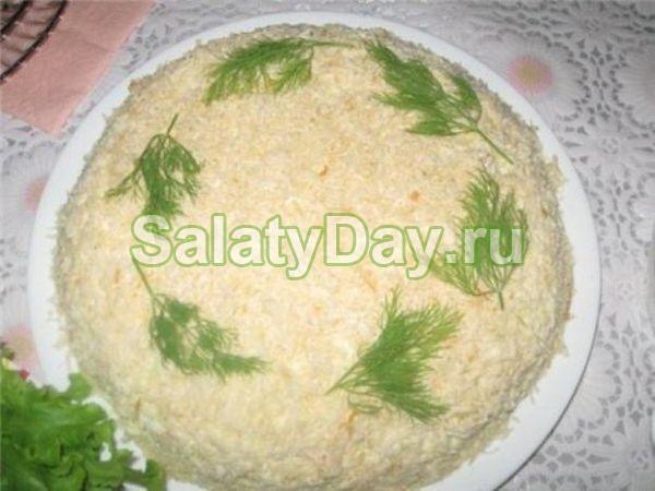 Салат с черносливом, крабовыми палочками и сыром