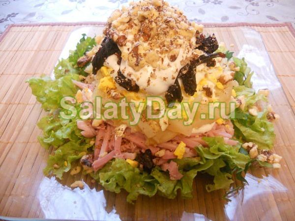 Салат с черносливом, ветчиной и орехами