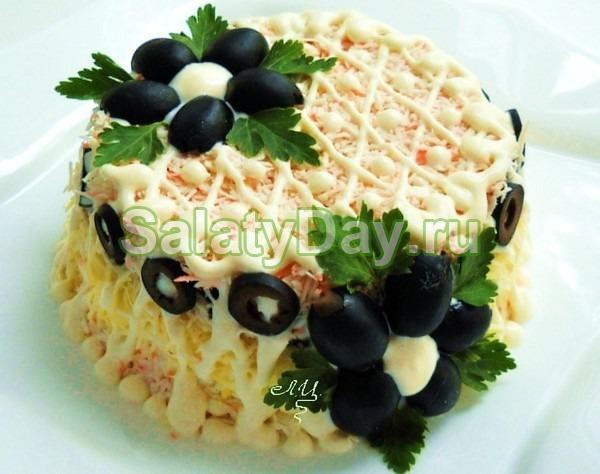 Салат с черносливом и печенью трески