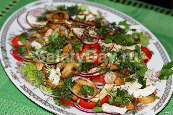 Салаты с жареными шампиньонами и овощами