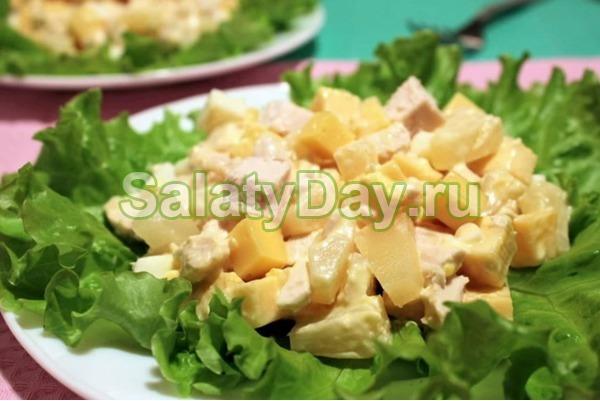 Диетический салат из курицы с ананасами