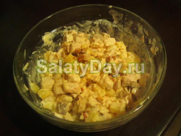 Салат с ананасами, курицей и пекинской капустой
