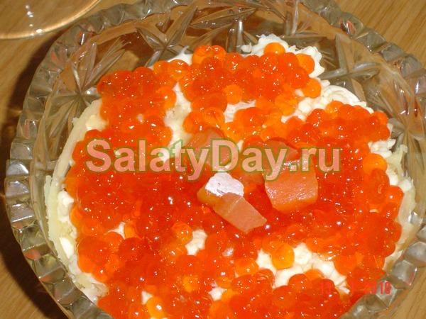 Салат с икрой и семгой