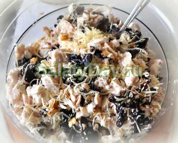 Салат курица с черносливом и грецким орехом рецепт с фото