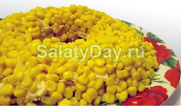 Салат с кукурузой, курицей и черносливом