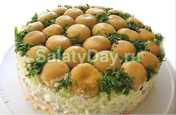 Слоеный грибной салат с колбасой и морковью по корейски