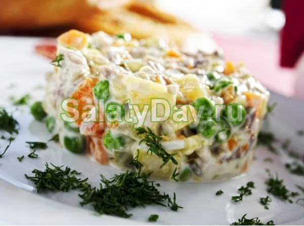 Оливье с колбасой и маринованным луком