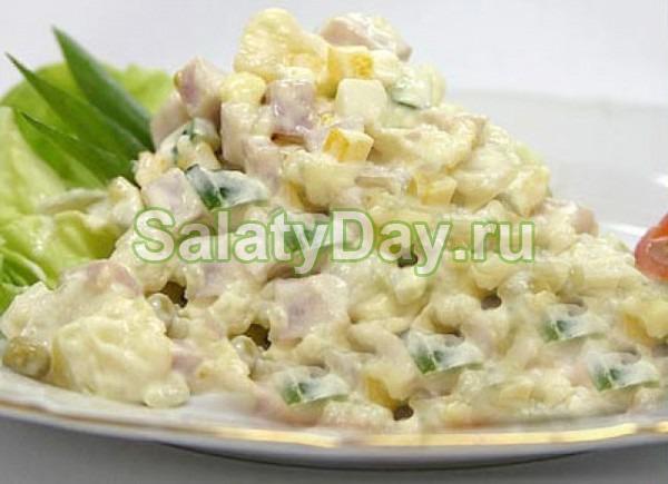 Летний салат Оливье с колбасой и зеленью