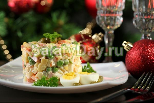 Классический новогодний Оливье с колбасой