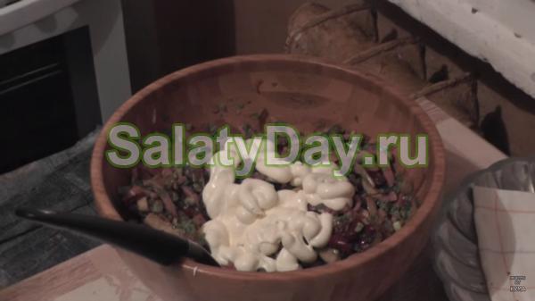 Салат с фасоли, грибами и ветчиной