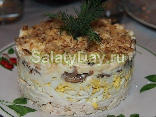 Простой салат на Новый год с говядиной и орехами