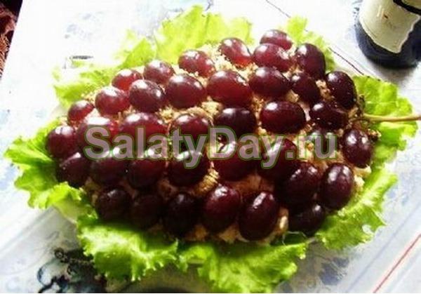 Простой салат на Новый год с копченой куриной грудкой и виноградом