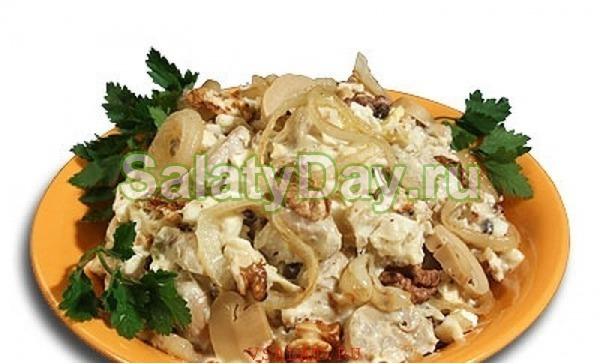 Простой салат на Новый год с курицей и грибами