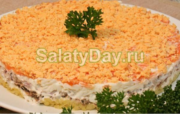 Простой салат на Новый год со шпротами