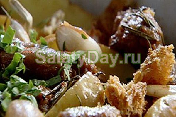 Запеченный картофель с колбасками и розмарином