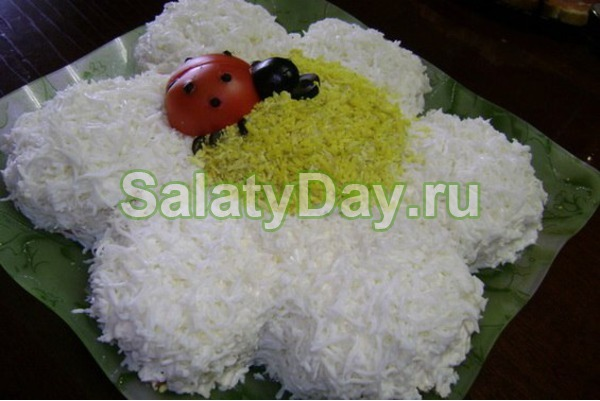 Салат «Ромашка» с карбонатом
