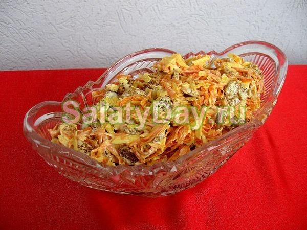 Салат с корейской морковью и курицей с сухариками