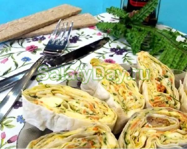 Салат с корейской морковью и курицей в рулете из лаваша