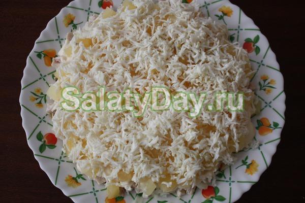 Салат с ананасом и курицей, и сыром