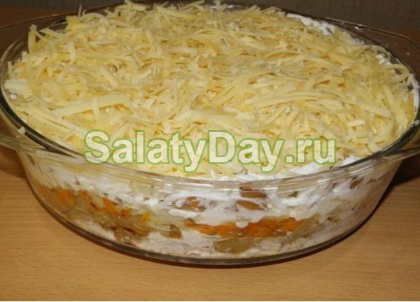 Салат с ананасом и курицей, и сыром, и яйцом