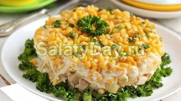 Салат с ананасом и курицей, и сыром, и кукурузой