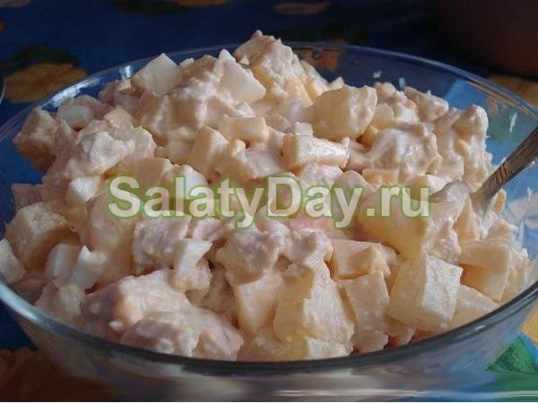 Салат с ананасом и копченой курицей, и сыром