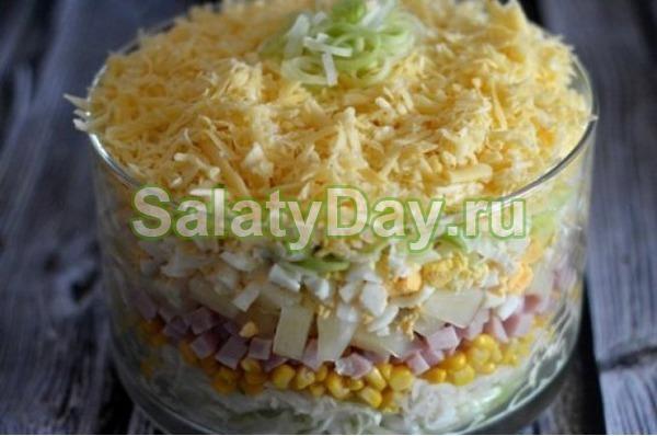 Салат с ананасом и курицей, и сыром, и огурцом