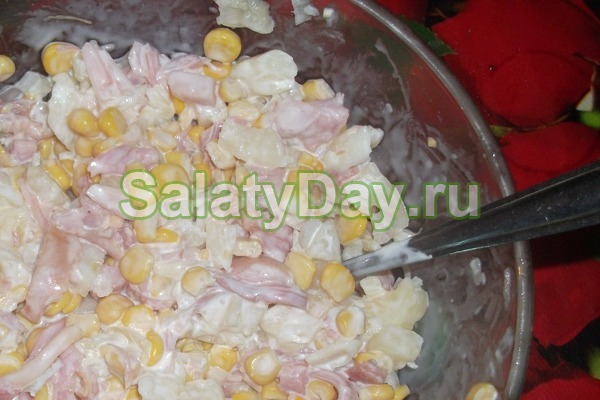 Салат с ананасом и курицей, и сыром, и крабовым мясом