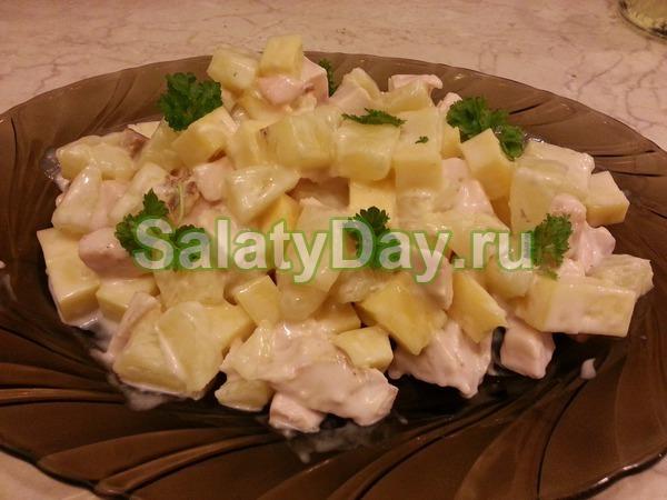 Салат с ананасом и курицей, и сыром, и грецким орехом