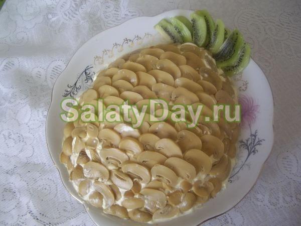 Салат с ананасом и курицей, и сыром, и грибами, и грецким орехом