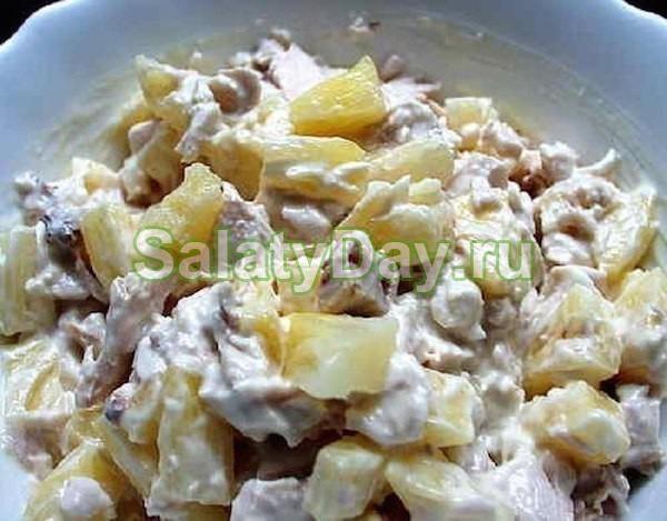 Салат с ананасом и курицей, и сыром, и ветчиной, и грибами