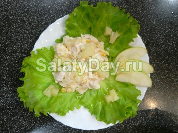 Салат с ананасом и курицей, и сыром, и яблоком
