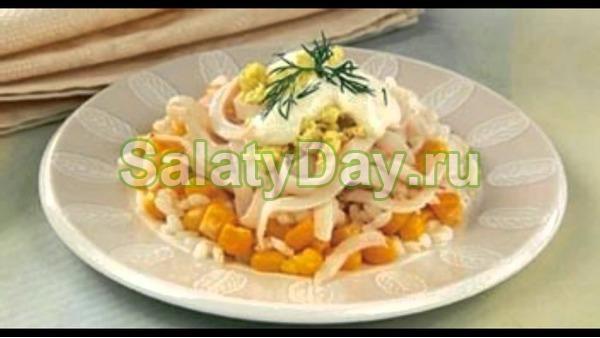 Салат с ананасом и курицей, и сыром, и кальмарами
