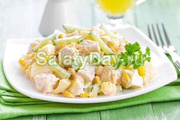 Салат с ананасом и курицей, и сыром, и креветками