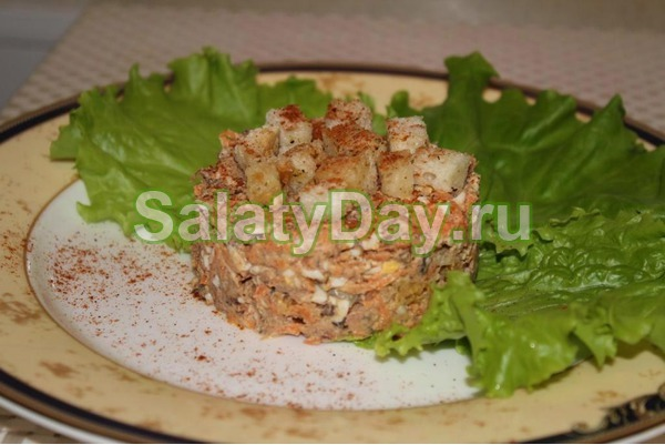 Салат из рыбных консервов с сухариками