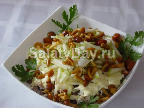 Салат с маринованными опятами и селедкой