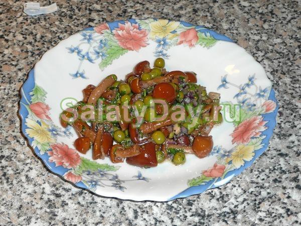 Салат с маринованными опятами и горошком