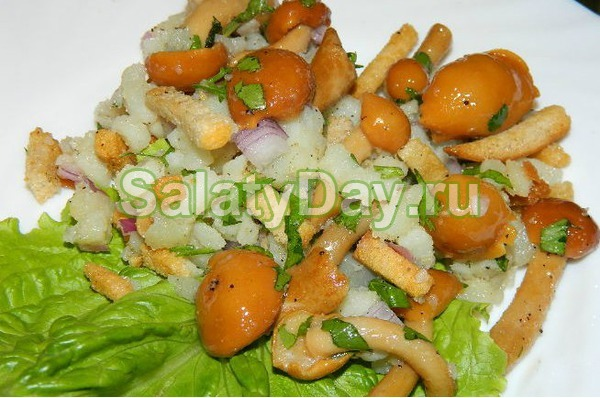 Салат с маринованными опятами и сухариками