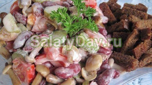 Салат с маринованными опятами и консервированной фасолью