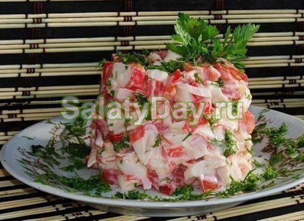 Салат с крабовым мясом, помидорами и пекинской капустой