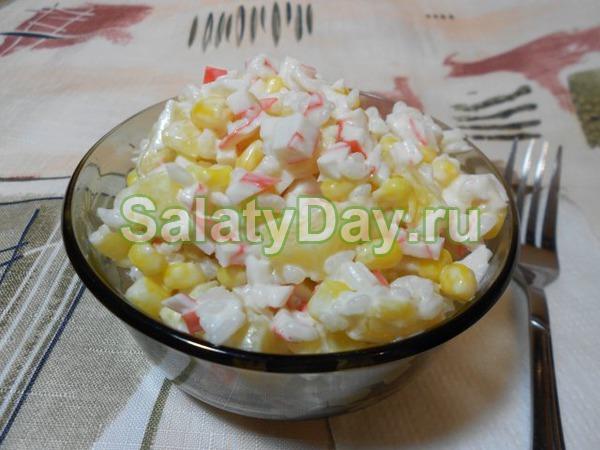 Салат с крабовым мясом и ананасами