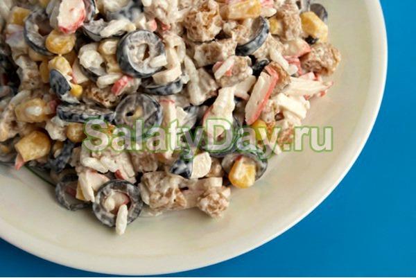 Салат с крабовым мясом и маслинами