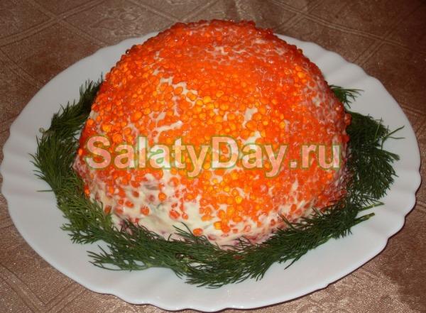 салат с красной рыбой кальмарами и