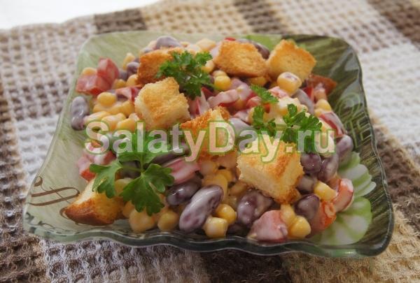 Вкусный салат с сухариками и фасолью