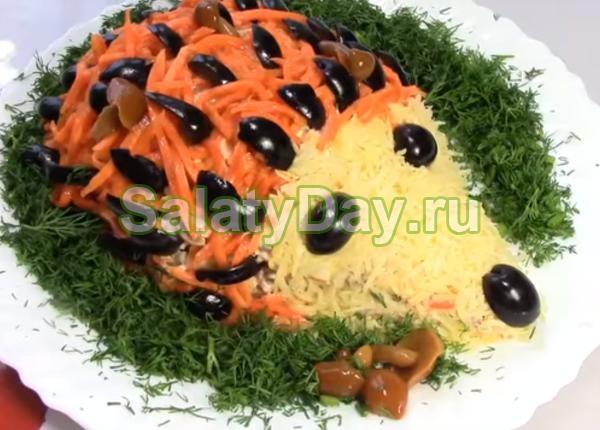 Салат Ежик с курицей и жаренными грибами