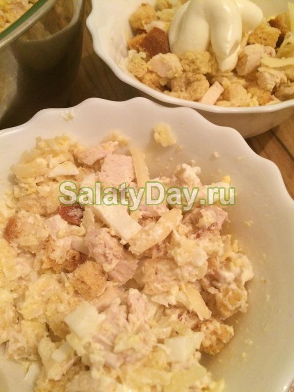 Салат из курицы с сыром и сухариками