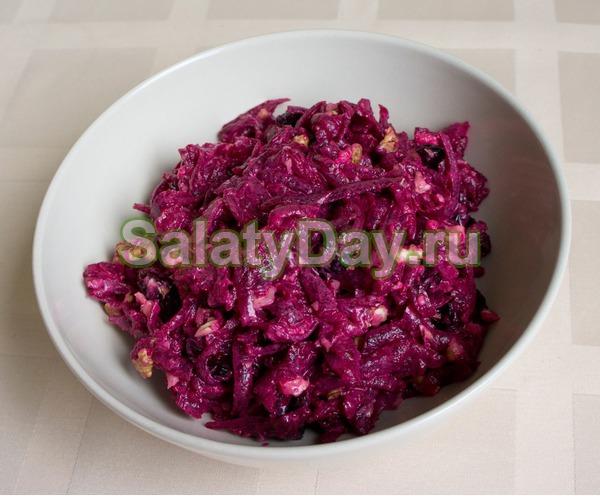 Салат с грецкими орехами и черносливом