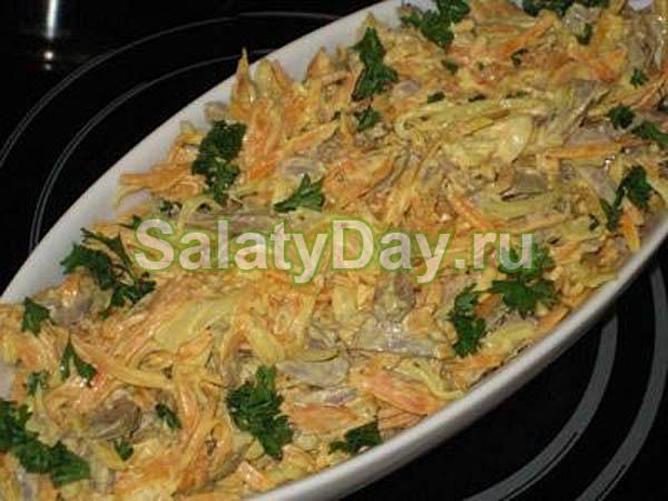 Простой салат со свиным сердцем и морковкой
