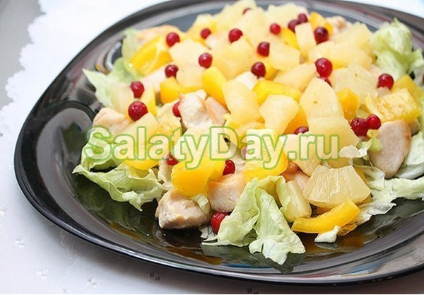 Салат с виноградом, курицей и брусникой