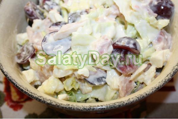 Салат с копченной курицей и виноградом